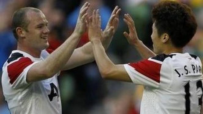 Park Ji-Sung (kanan) merayakan gol dengan Wayne Rooney