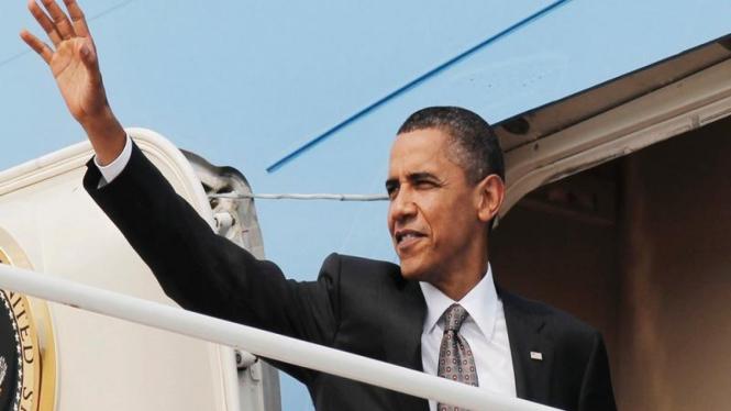 Barack Obama sebelum memasuki pesawat kepresidenan AS