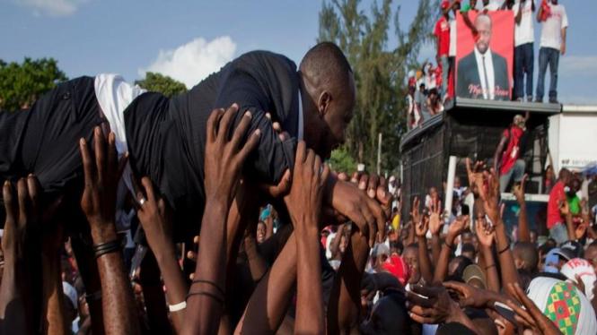 Wyclef Jean diarak para pendukung usai pencalonan presiden Haiti