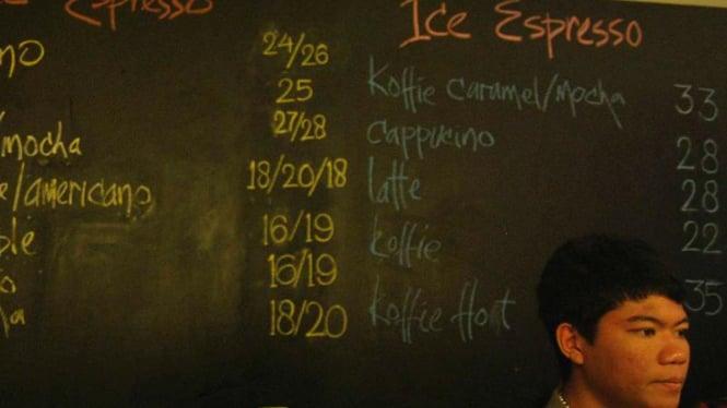 Daftar harga di kedai kopi yang menyederhanakan angka ribuan menjadi satuan