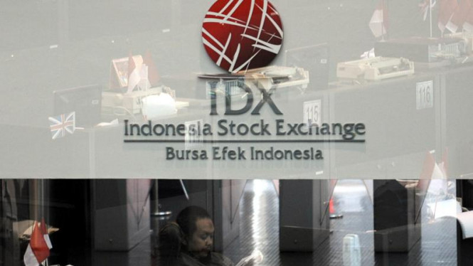 Sejumlah pialang mengamati pergerakan saham di Bursa Efek Indonesia.