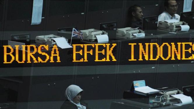 Sejumlah pialang mengamati pergerakan saham di Bursa Efek Indonesia