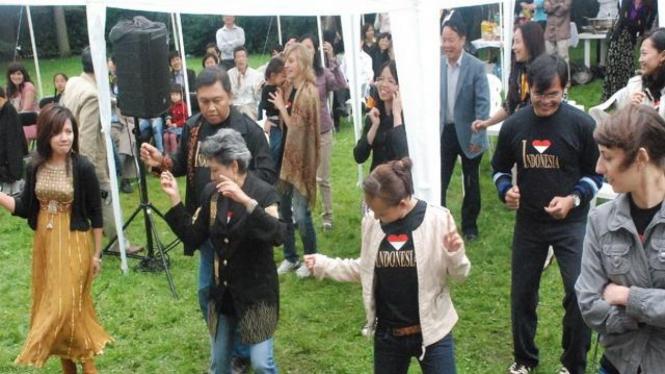 Para diplomat ASEAN di Ceko menari Poco-poco