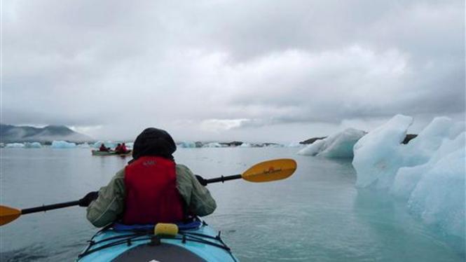Mendayung di antara bongkahan-bongkahan es di Alaska