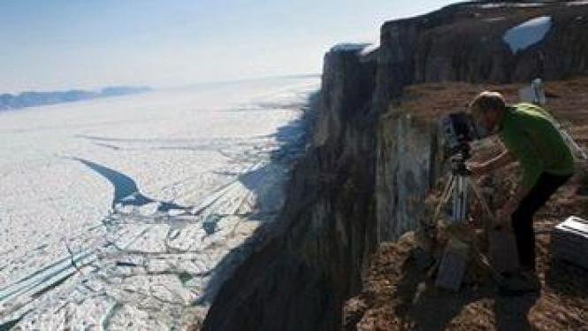 Pakar glasier Jason Box tengah mendokumentasikan gletser di Greenland