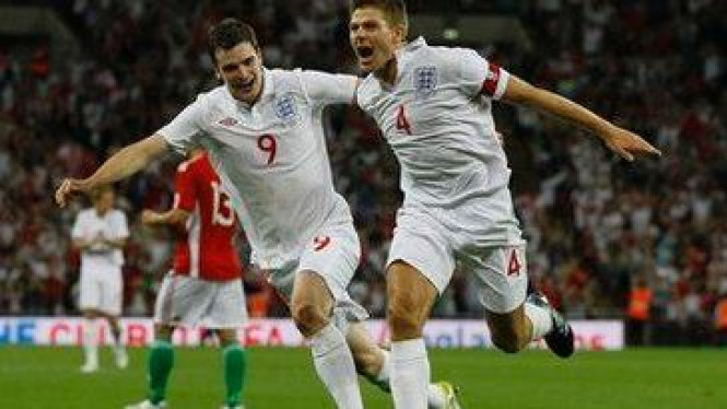 Steven Gerrard (no.4) merayakan gol bersama Adam Johnson