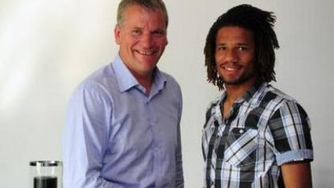 Bebe (kanan) dan Chief Executive MU David Gill