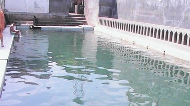 Kolam air di masjid Al-Ra'isiyah dipercaya memberi kekuatan