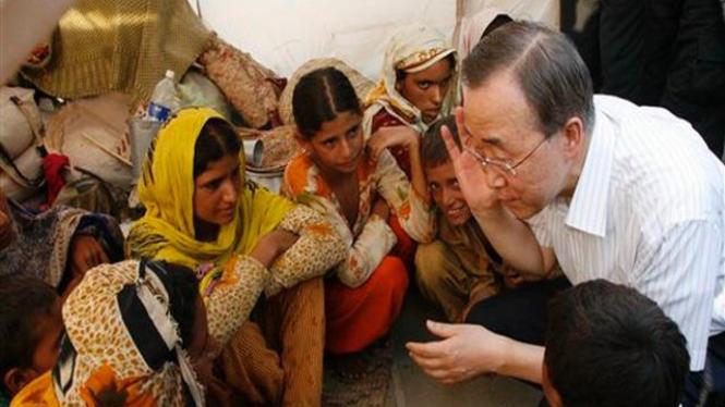 Sekjen PBB, Ban Ki-moon, menemui para pengungsi di Punjab, Pakistan