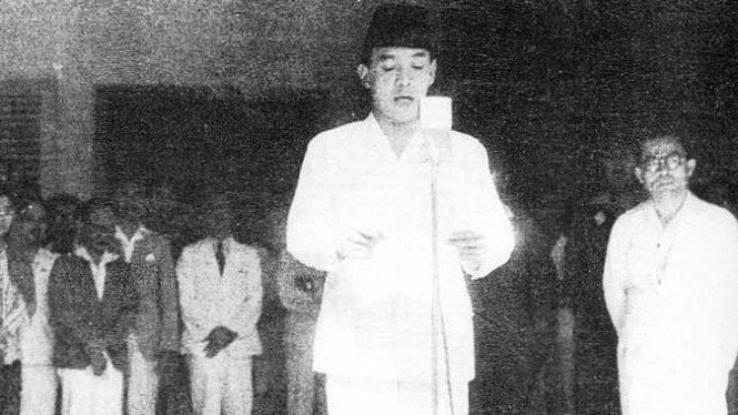 Bung Karno didampingi Bung Hatta membaca naskah proklamasi 17 Agustus 1945