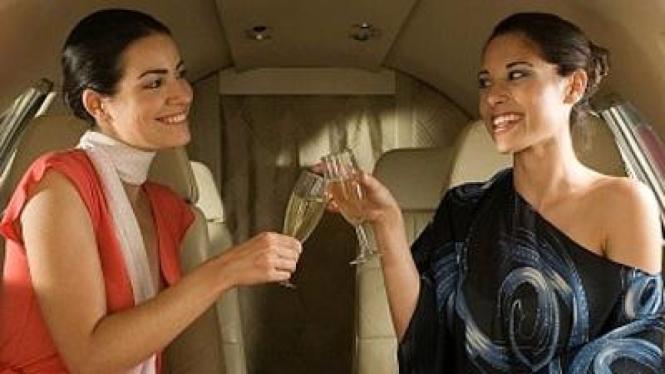 Wanita di Pesawat Jet Pribadi