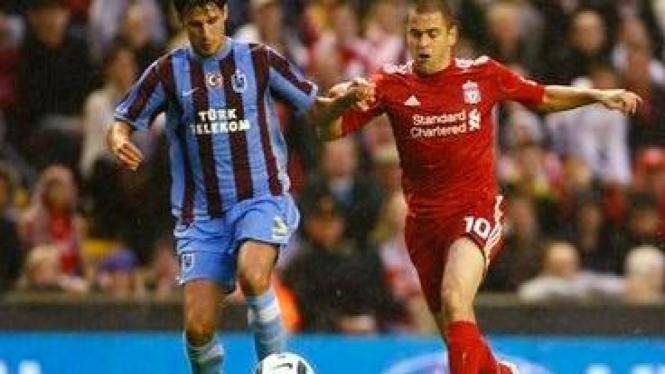 Joe Cole (merah) dan pemain Trabzonspor Hrvoje Cale