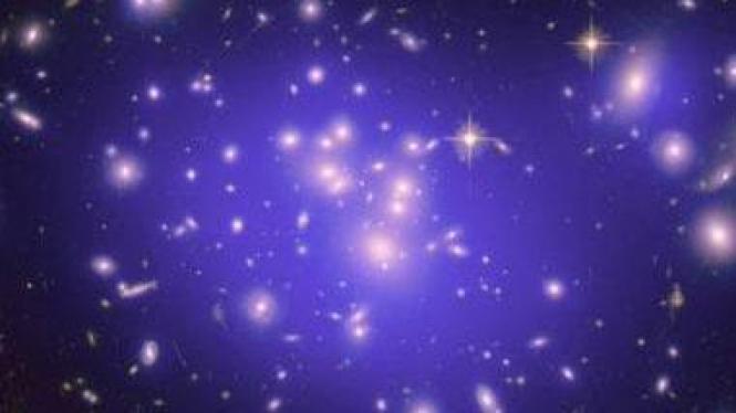 Dark matter (biru) di klaster galaksi raksas, Abell 1689