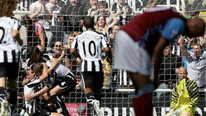 Newcastle rayakan gol Carroll (duduk)