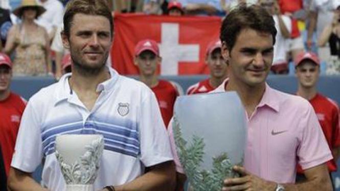 Roger Federer (Kanan) dan Mardy Fish