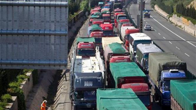 Suasana kemacetan luar biasa di luar kota Beijing, China