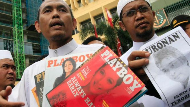 Anggota FPI berunjuk rasa terkait kasus majalah Playboy Indonesia