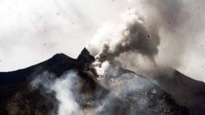 Gunung Sinabung, Karo, keluarkan debu vulkanik
