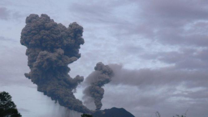 Gunung Sinabung meletus