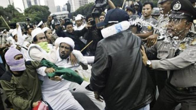 Massa FPI bentrok dengan polisi