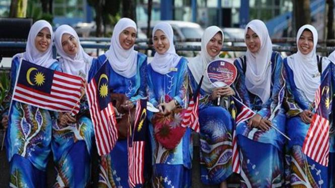Para perempuan di Malaysia mengikuti acara perayaan Kemerdekaan ke-53