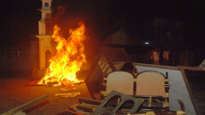 Warga Buol, Sulawesi Tengah membakar perabotan kantor polisi