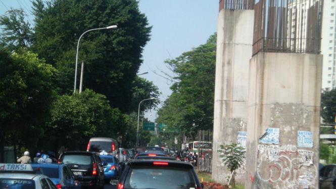 Tiang monorel membuat jalanan macet