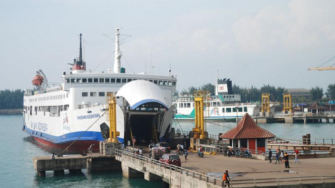 Aktivitas di Pelabuhan Merak