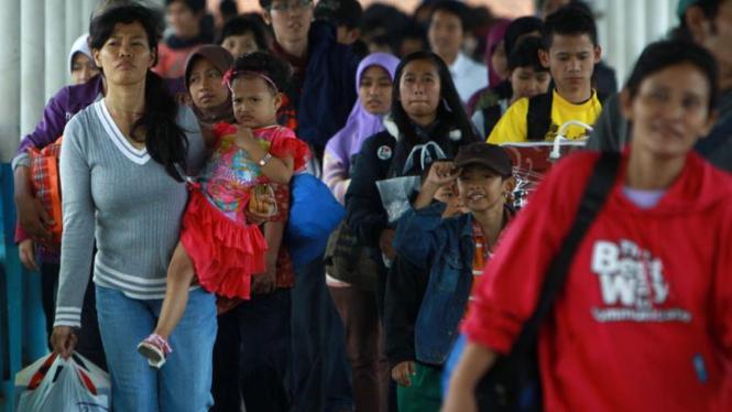 Ilustrasi/Aktivitas penumpang di Pelabuhan Merak Banten
