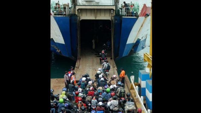Arus Mudik Di Pelabuhan Merak Mulai Padat