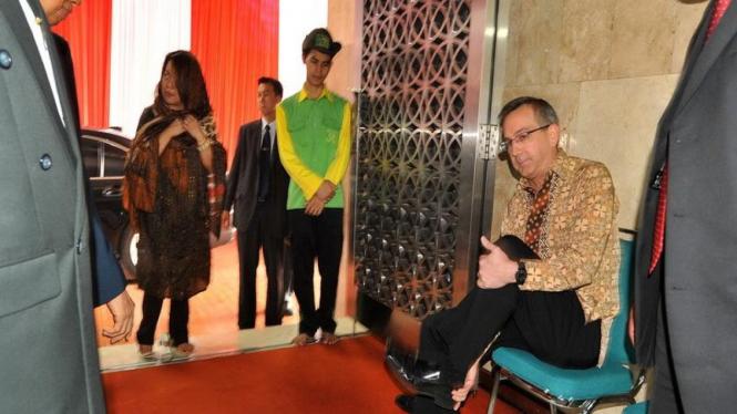 Dubes AS, Scot Marciel, melepas sepatu saat di Masjid Istiqlal, Jakarta