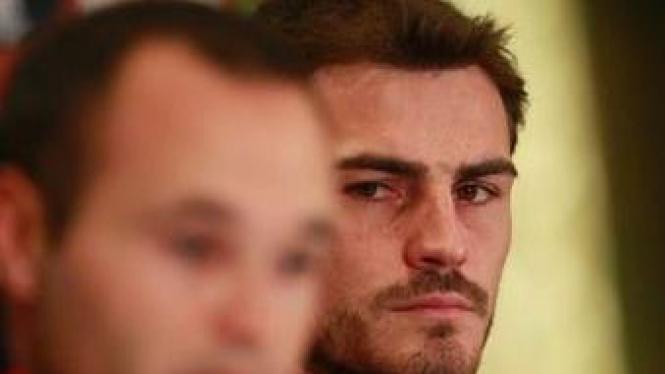 Iker Casillas (belakang)
