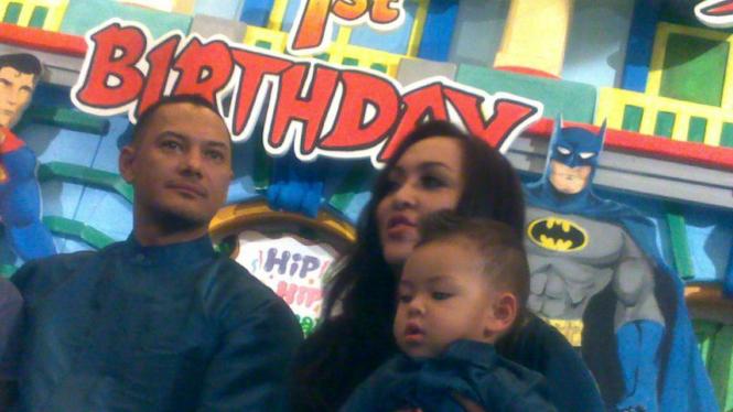 Adjie Massaid dan Angelina Sondakh rayakan ultah Keanu
