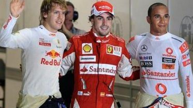 Fernando Alonso (merah) Sebastian Vettel (kiri) dan Lewis Hamilton
