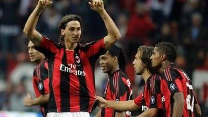 Zlatan Ibrahimovic merayakan gol dengan pemain AC Milan