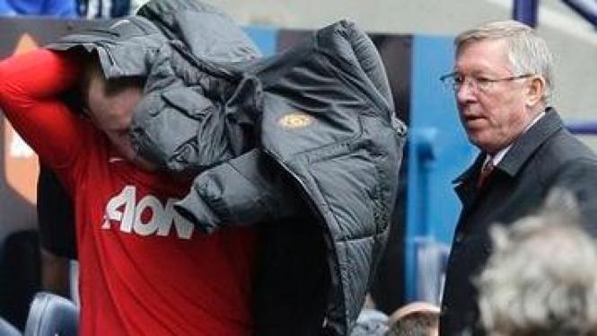 Wayne Rooney (jaket hitam) dan Sir Alex Ferguson