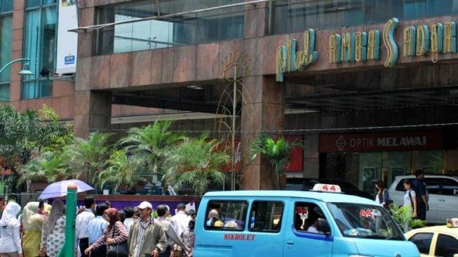 Para pejalan kaki menyeberang  di depan Mall Ambasador