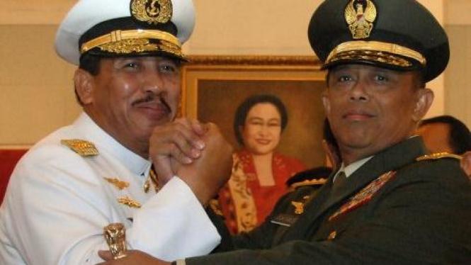 Panglima TNI Laksamana TNI Agus Suhartono (kiri) & pendahulunya Djoko Santoso