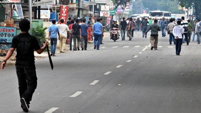 Bentrokan antar dua kelompok massa di depan Pengadilan Negeri Jakarta Selatan