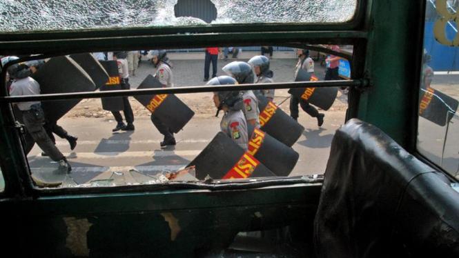 Polisi mendesak mundur kelompok yang terlibat bentrokan di Jalan Ampera Raya