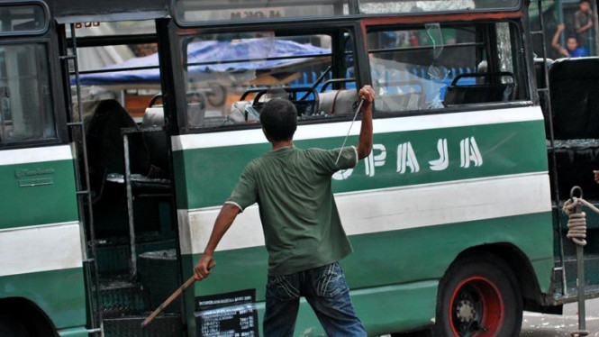 Massa yang terlibat bentrokan, merusak kendaraan umum