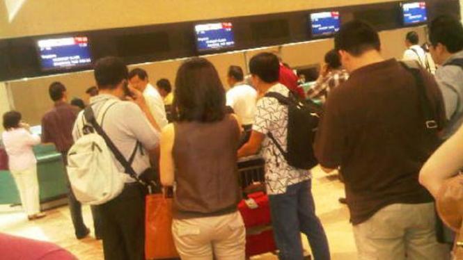 Antrean penumpang saat komputer Lion Air hang