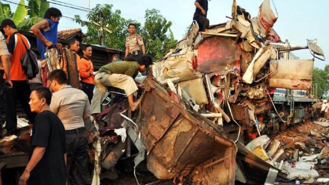 KA Senja Utama hancur ditabrak di Pemalang