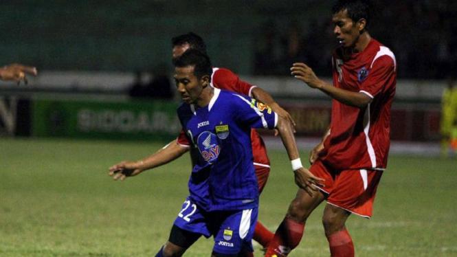 Siswanto (Persib/biru) dikawal pemain Deltras Mujib Ridwan dan Khoirul Mashuda