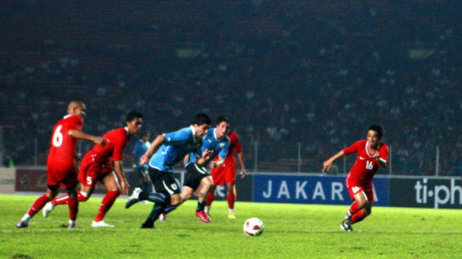 Luis Suarez (ketiga dari kiri) lolos dari kepungan pemain Indonesia