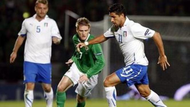 Marco Borriello (Italia/kanan) mencoba melewati Steven Davis