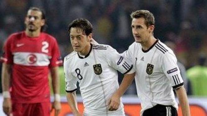Mesut Oezil (tengah) dan Miroslav Klose