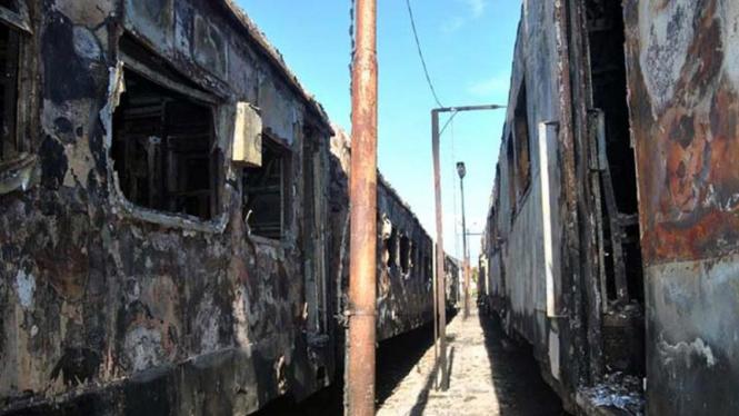 Gerbong kereta terbakar