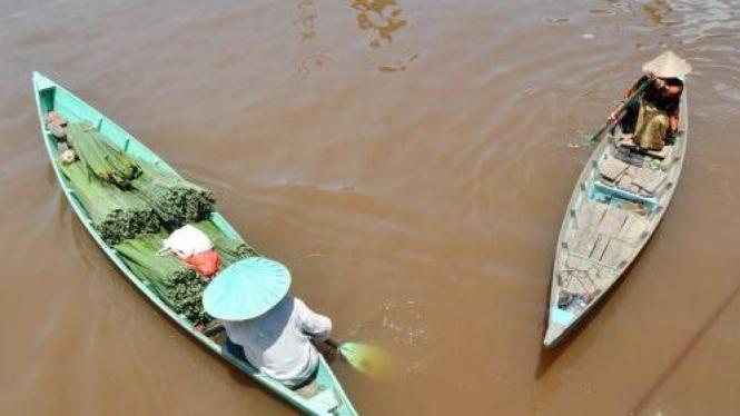 Perahu bermuatan daun nipah (Nypa fruticans) di Sungai Kakap, Kubu Raya, Kalbar