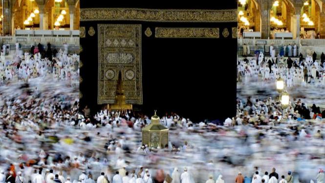 Ribuan umat muslim melakukan Tawaf  di Masjidil Haram